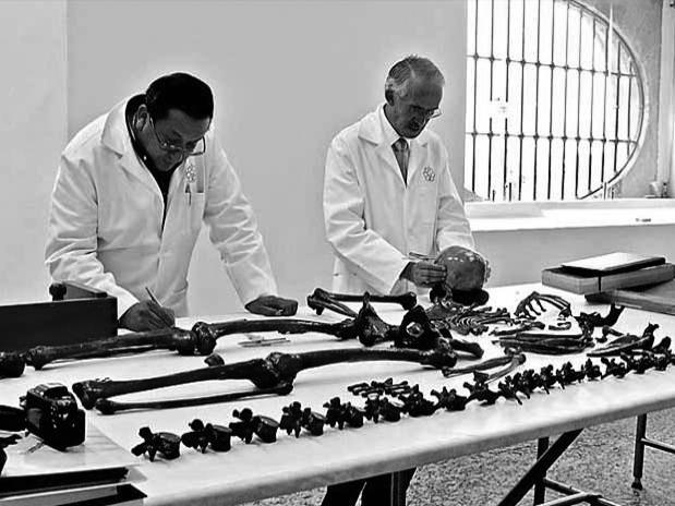 Los forenses del INAH. (Foto: Reforma.)