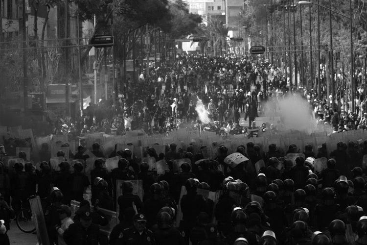 Combates callejeros. (Foto: Alfredo Dominguez, La Jornada.)
