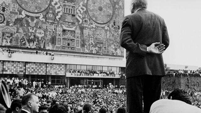 Tiempos de dignidad en las autoridades universitarias.  Mitin de Javier Barros Sierra en reacción a la toma de San Ildefonso por el ejército.