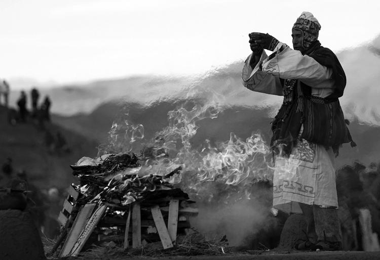 Un yatiri en Tiwanaku. (Foto: Juan Karita, AP.)