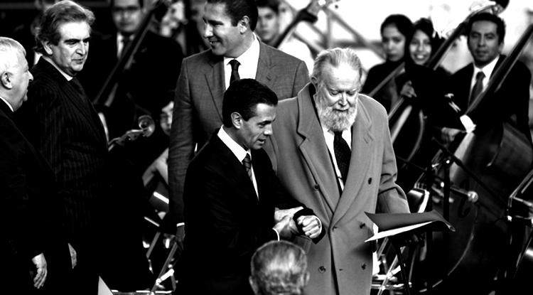 Hugo Gutiérrez Vega y unos funcionarios (Foto: Rodolfo Angulo, Cuartoscurso.com)