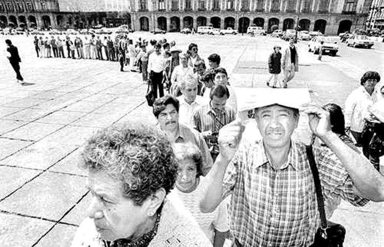 En el Zócalo, contra la adopción del Fobaproa. (Foto: La Jornada.)