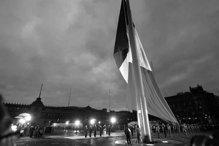 """Enrique Peña Nieto """"izando"""" la bandera mexicana, de manera ilegal, en el aniversario del terremoto del 19 de septiembre de 1985. (Foto: Notimex.)"""