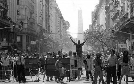 Buenos Aires, quizá el 20 de diciembre, 2001. (Foto tomada de El blog de Ángel.)
