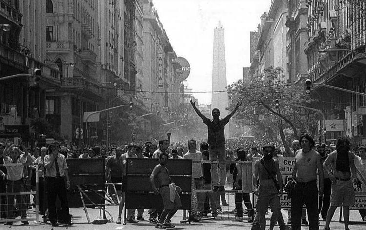 Buenos Aires, quizá el 20 de diciembre, 2001. (Foto tomada de El blog de Abel.)