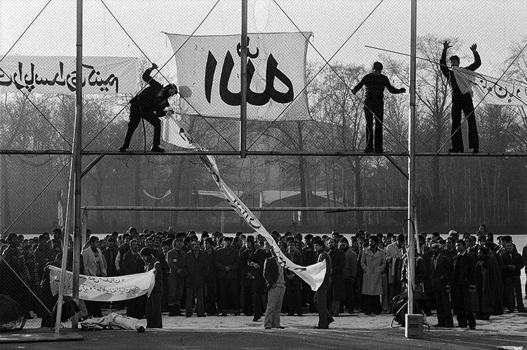 Estudiantes de la Universidad de Teherán manifestándose contra el sha, enero de 1979. (Foto tomada de aquí.)