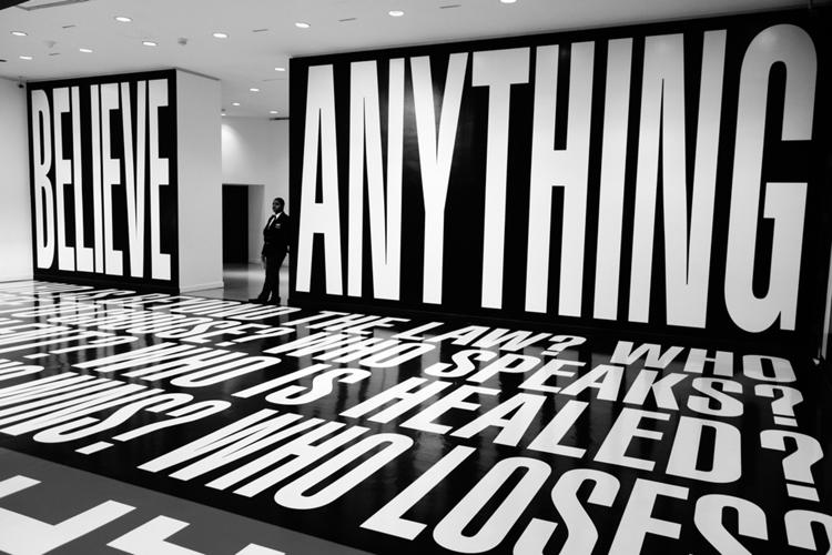 Obra de Barbara Kruger en el Museo Hirshhorn, Washington, D.C., 2012. (Foto tomada de theconversation.com)