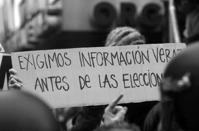 En la manifestación frente a la sede del Partido Popular, Madrid, 13 de marzo, 2004. (Foto: Dani Gago, Diso Press.)