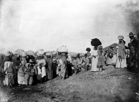 Yaquis prisioneras hacia 1910.