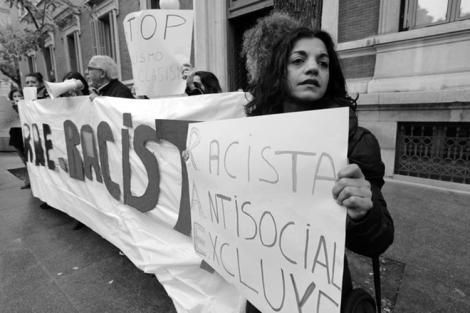 Manifestación ante la sede de la Real Academia  (de la lengua) Española, el 8 de abril, 2015.  (Foto: Juan Manuel Prats.)