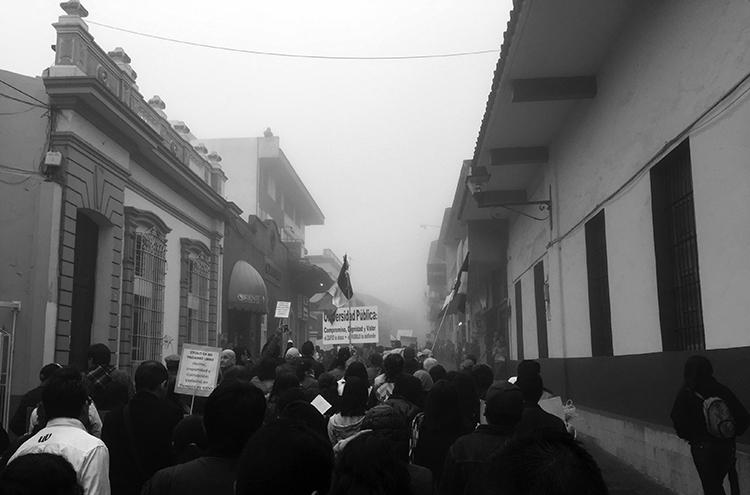 La marcha de la UV en Xalapa. (Foto: LFG.)