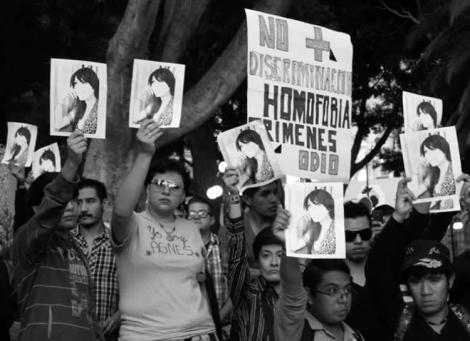 La comunidad LGBT y organizaciones no gubernamentales demandan justicia por el homicidio de la activista transgénero Angés Torres Hernández en el zócalo de la ciudad de Puebla, 12 de marzo de 2012. (Foto Víctor Hugo Rojas, El Universal.)