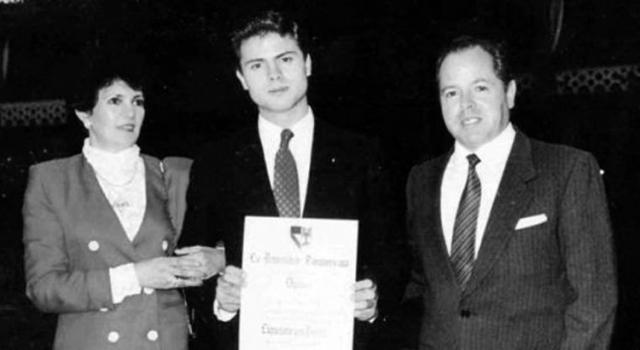 Enrique Peña Nieto y sus papás en 1991. (Foto tomada de Aristegui Noticias.)