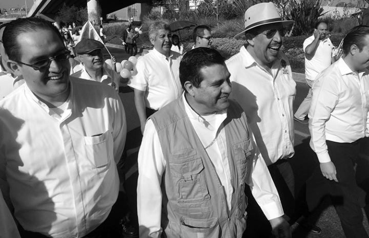 El obispo de Querétaro violando la ley. (Foto tomada de aquí.)