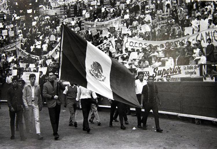 Manifestación del MURO en la Plaza México, 1968. (Foto tomada de aquí.)