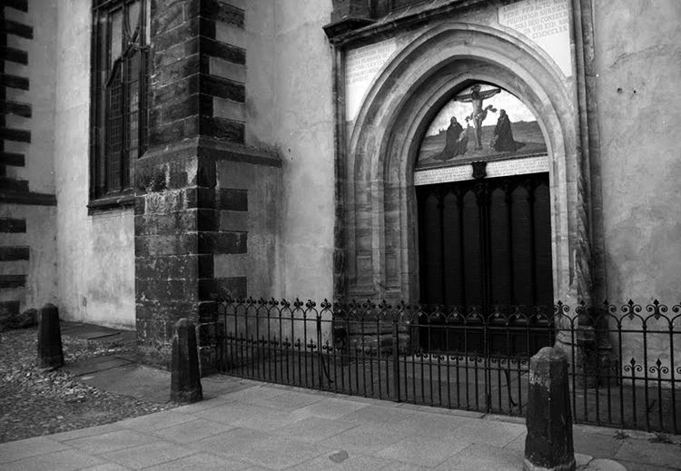 La iglesia de Wittenberg, con las tesis convertidas en puerta. (Foto tomada de aquí.)